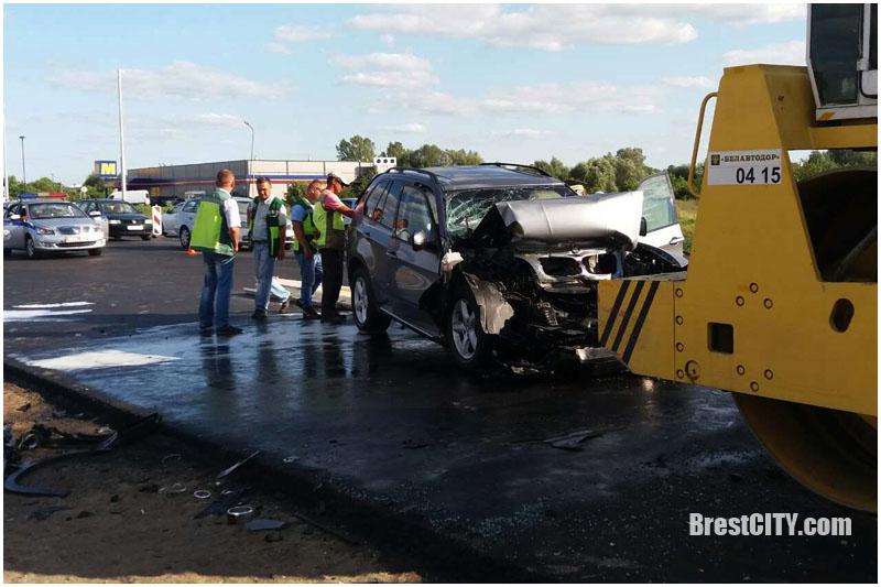 Авария БМВ врезался в каток возле Мартина