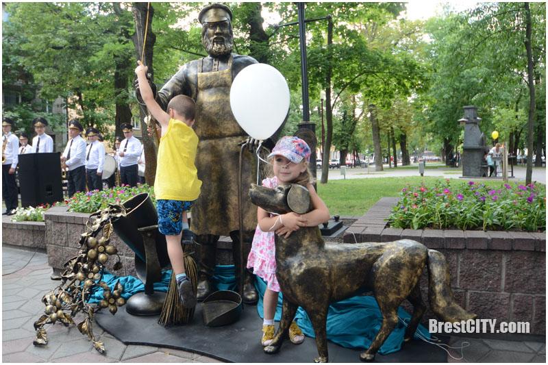 Дворник с собакой на улице Гоголя в Бресте. Фото BrestCITY.com