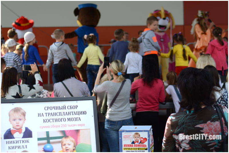 Благотворительный концерт возле ТРЦ Экватор