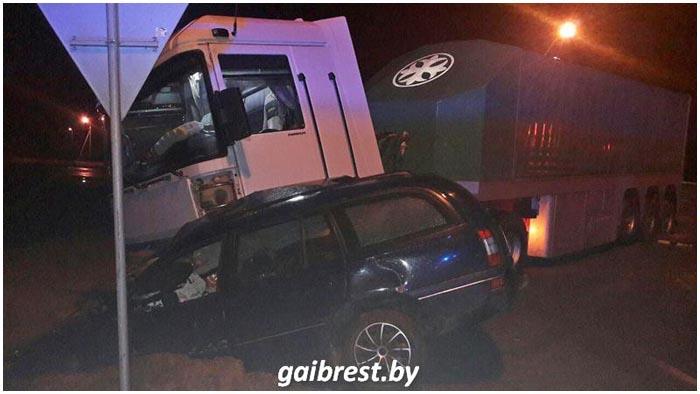 Возле деревни Клейники столкнулись фура и машина такси