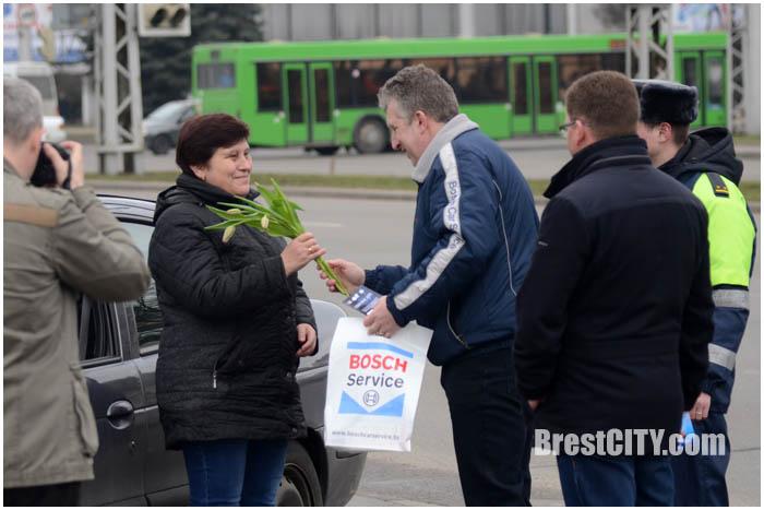 8 марта в Бресте поздравили женщин-водителей. Фото BrestCITY.com