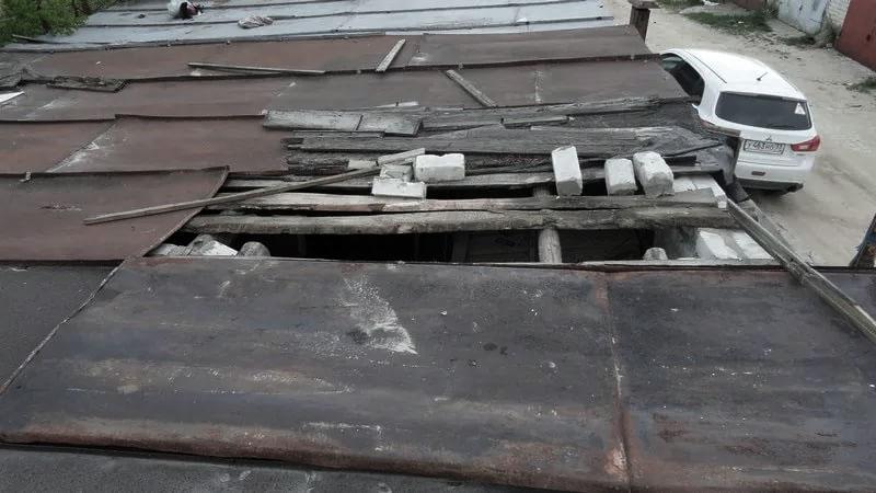 Студент с другом проломили крышу гаража в Бресте и вынесли чужое имущество