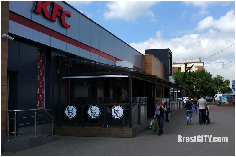 Летняя терраса KFC в Бресте. Фото BrestCITY.com