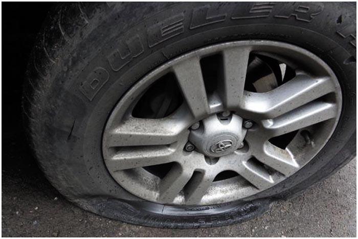 Порезал колеса в машинах на парковке в Бресте