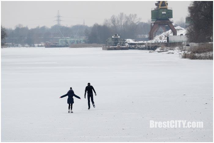 Катаются на коньках по замерзшей реке. Фото BrestCITY.com