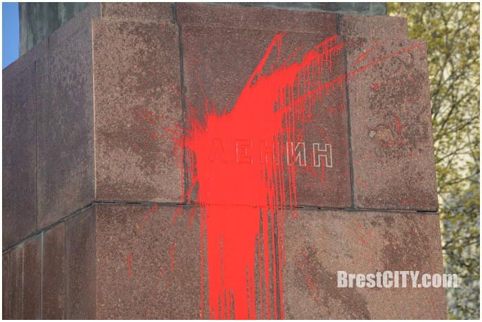 В Бресте облили краской памятник Ленина