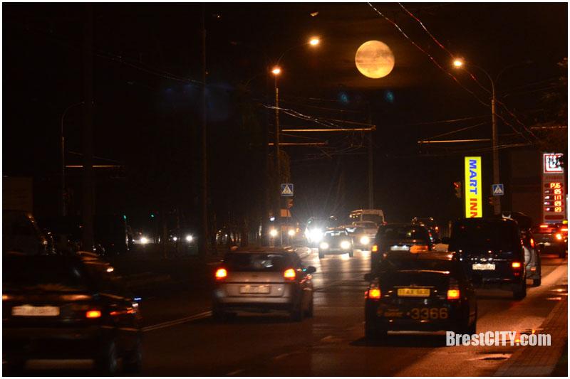 Красивая Луна в городе