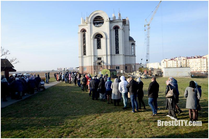 Очередь верующих к мощам Матроны Московской