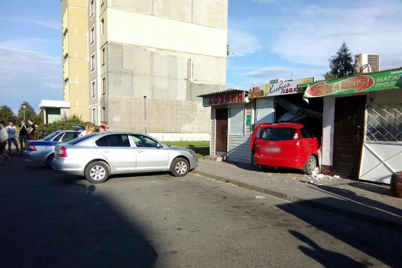 В Березе девушка на Mazda разгромила хлебную лавку и сбежала