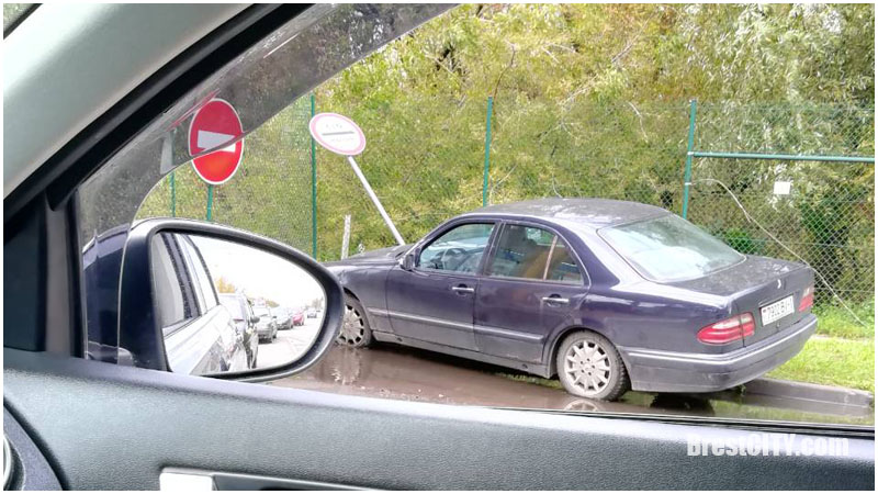 Мерседес снес дорожный знак на границе в Бресте