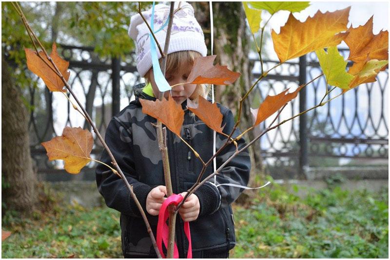 Многодетные семьи высадили аллею деревьев в городском саду