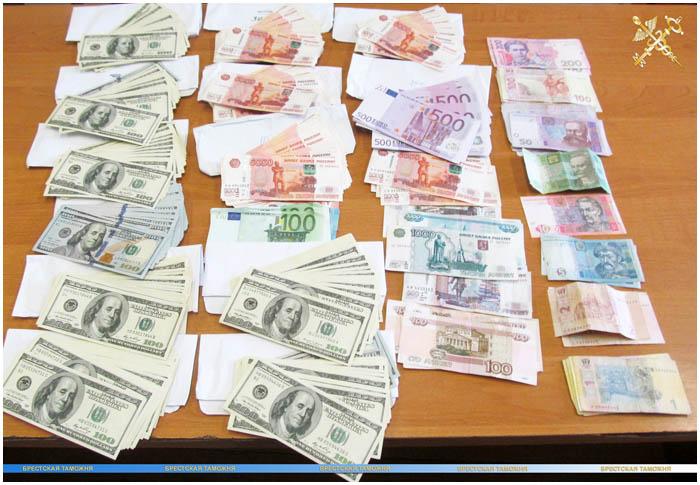 """Десятки тысяч евро, долларов и 1 млн рос.рублей - """"улов"""" Брестской таможни"""