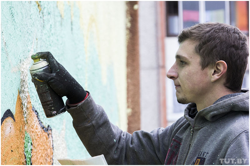 Как хорошие люди в Бресте за свои деньги ремонтируют чужие дворы