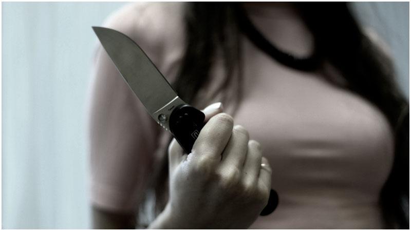 Нож в руках у девушки