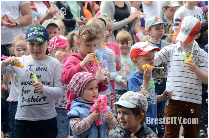 Парад мыльных пузырей на Гребном в Бресте 7 мая 2017. Фото BrestCITY.com