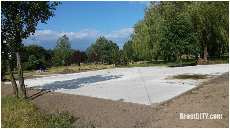 В парке Мира возле Савушкина в Бресте что-то строится...