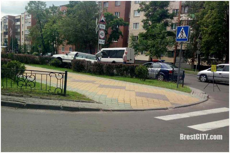 Пассат запрыгнул на ограждение на бульваре космонавтов в Бресте