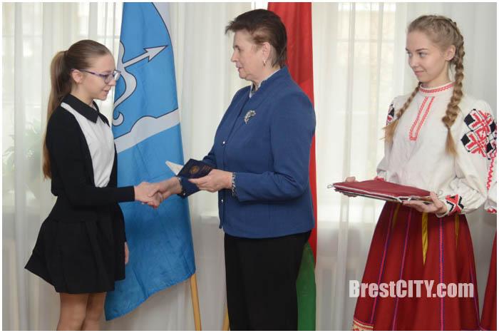 В Бресте торжественно вручили паспорта 15 марта 2017