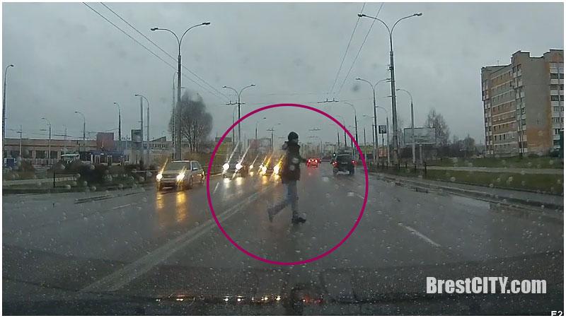 """Видео. Очередной """"бессмертный"""" пешеход на ул.Суворова в Бресте"""