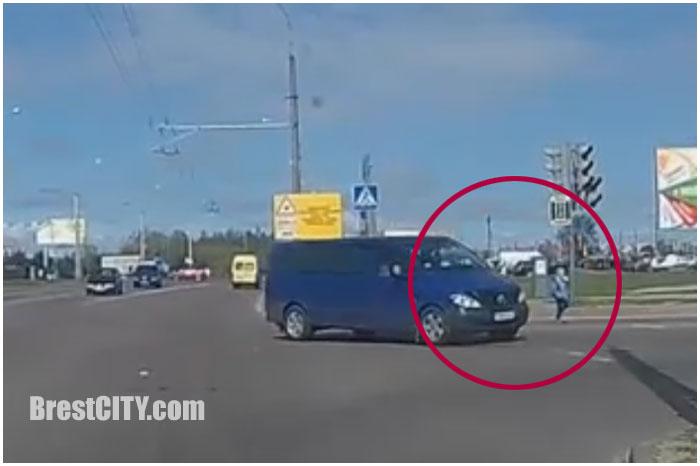 В Бресте на ковалевке микроавтобус едва не сбил мальчика на пешеходном переходе