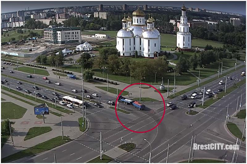 Видеофакт: водитель потерял часть груза из прицепа на перекрестке в Бресте