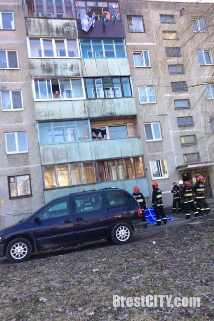 Мужчина пытается прыгнуть с пятого этажа в Бресте