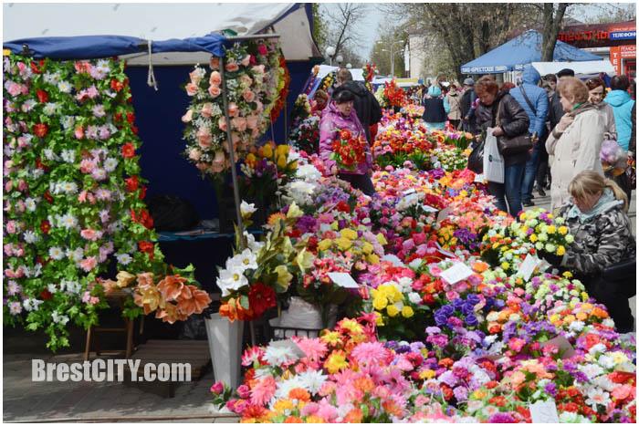 Продажа искусственных цветов в Бресте перед Радуницей