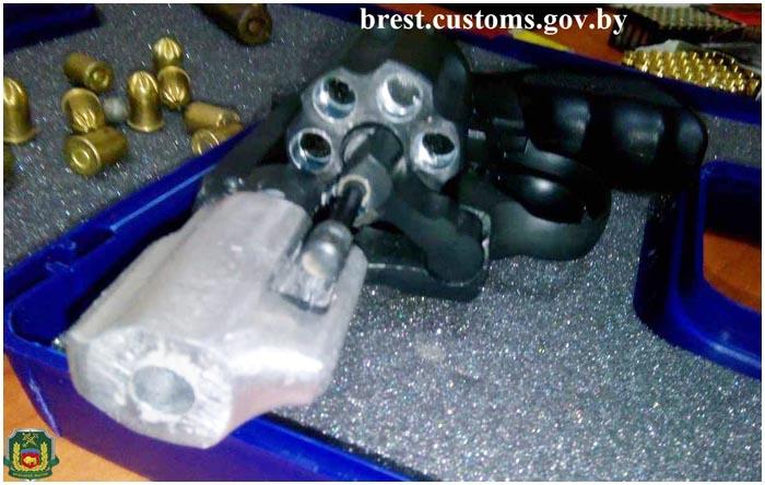 Револьвер с патронами вез россиянин из Германии
