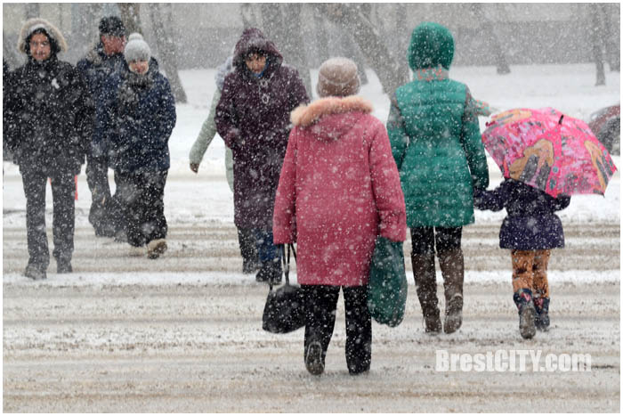 Брест. Снег. Пешеходы. Фото BrestCITY.com