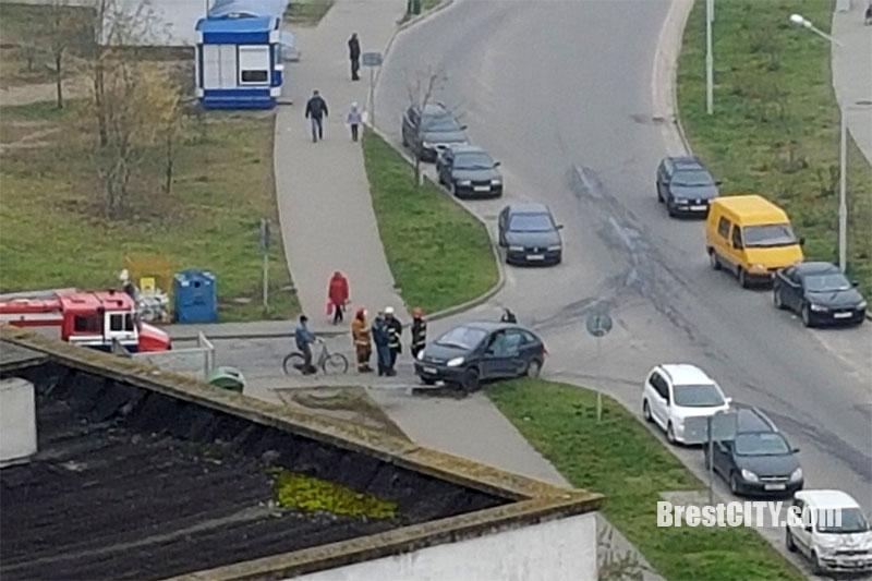 В Бресте водитель Citroen пропускал пожарных - и снес знак