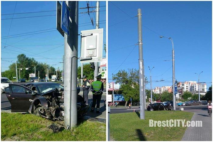 Автомобиль шевроле возле банка врезался в осветительную опору