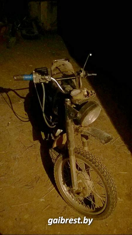 В Столинском районе пьяный бесправник-мотоциклист снес забор дома