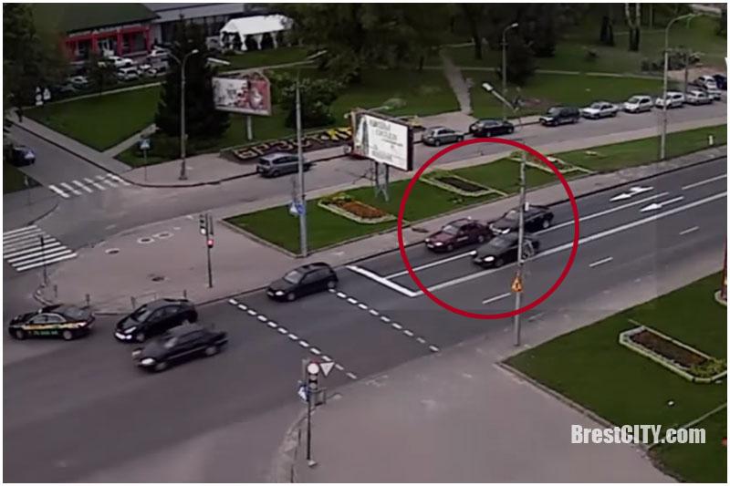 ДТП. Mercedes CLS догнал учебный автомобиль на спуске с Кобринского моста