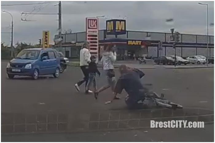 Упал на пешеходном переходе в Бресте. Видео