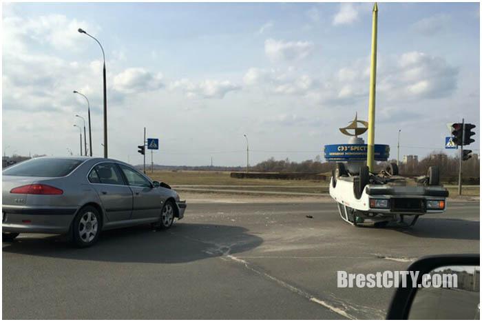 В Бресте на варшавке перевернулся автомобиль ВАЗ