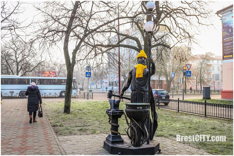 Памятники в Бресте. Желтые шарфы