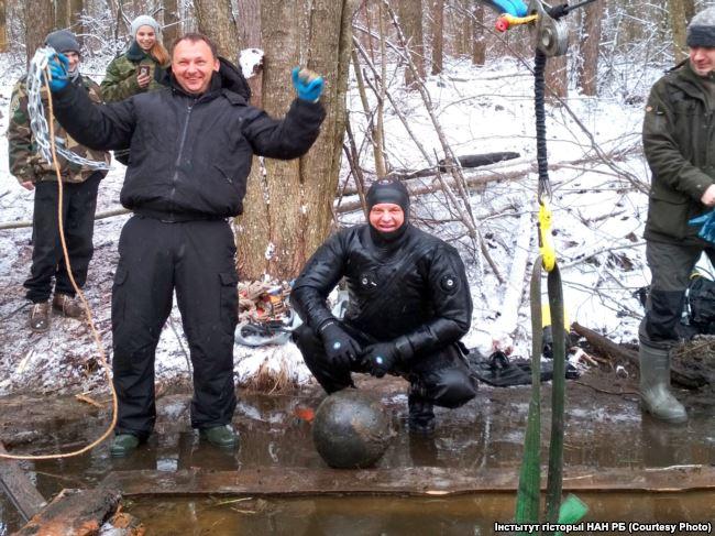 В Дрогичинском районе со дна озера подняли мортирные бомбы начала XVIII века