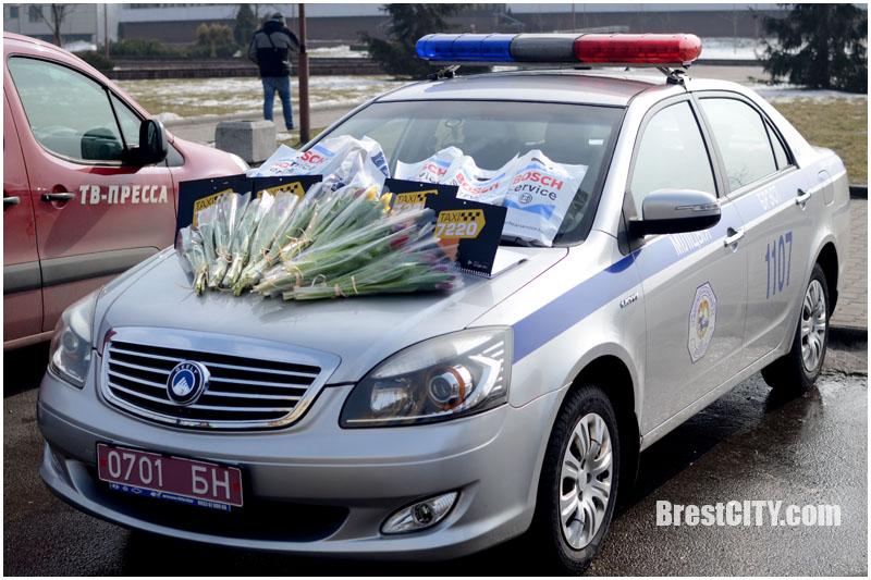 Тюльпаны и бесплатные поездки на такси: ГАИ поздравила женщин с 8 марта