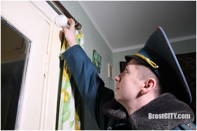 Пожарные извещатели установили пенсионерам сотрудники Брестского городского отдела по ЧС