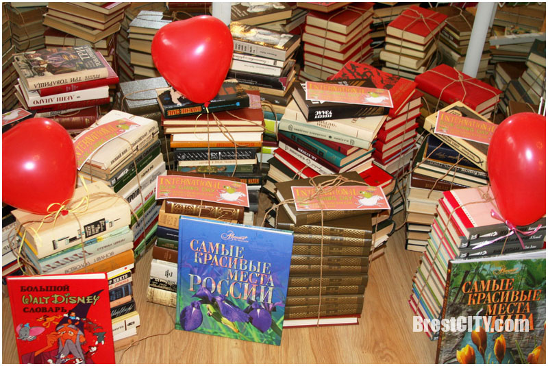 Более 500 книг таможня передала в городскую библиотеку