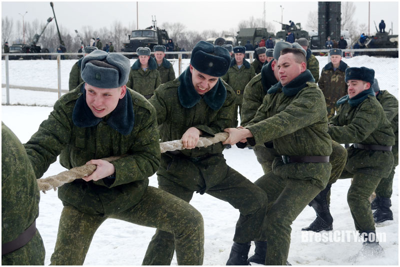 Военно-спортивный праздник прошел возле Ледового в Бресте. Видео