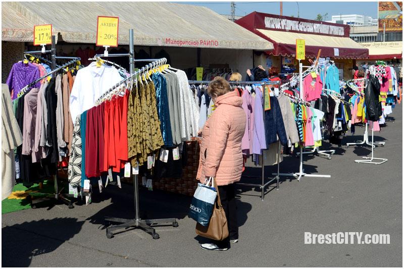 Стоковая распродажа одежды в Бресте. Фото BrestCITY.com