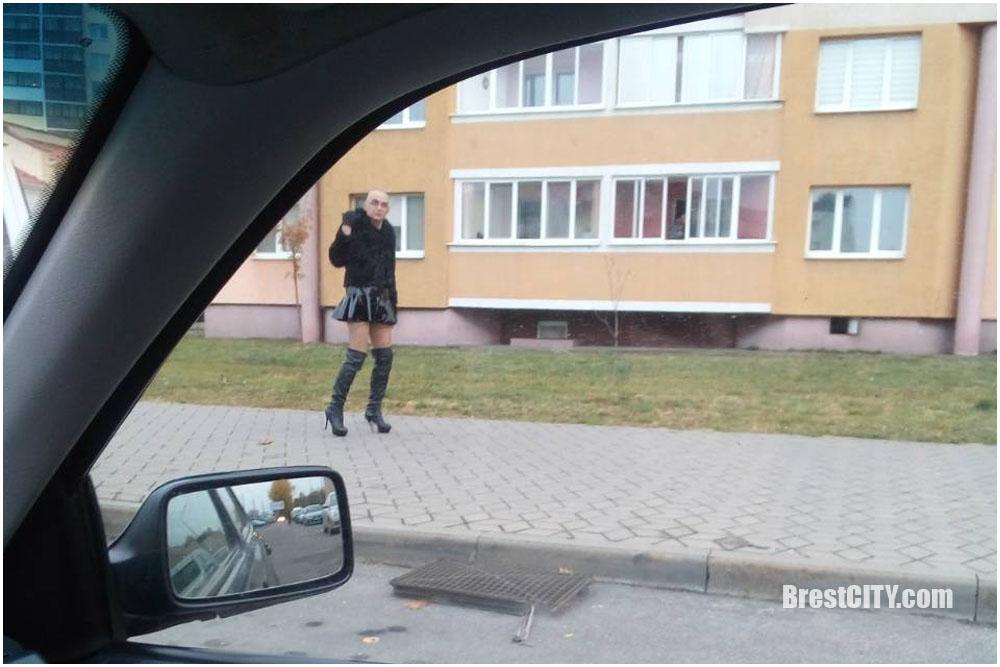 Гуляет в мини юбке по городу порно молодыми