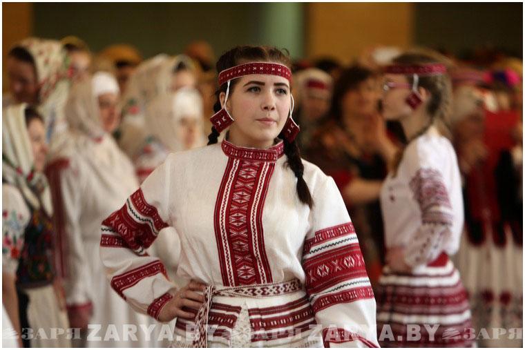 Более 200 народных костюмов представили на концерте в Бресте