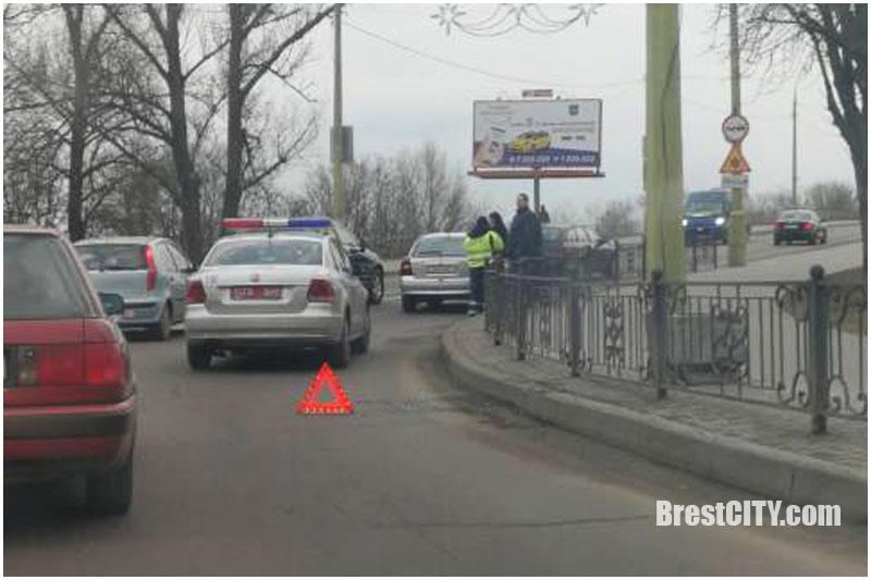 Видео: Водитель, которого не впускали с кольца на мост, совершил ДТП