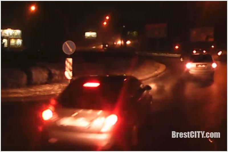 ДТП с автобусом на кольце на б.Шевченко. Легковой автомобиль скрылся (видео)