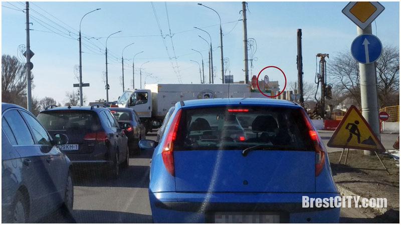 Левый поворот с Сикорского запретили, но многие водители знак не замечают