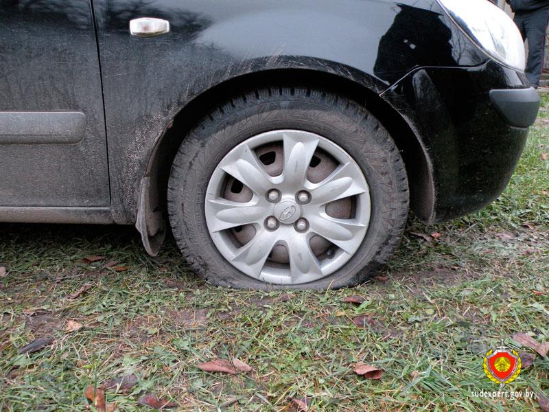 Житель Березовского района неоднократно прокалывал колеса машины своей знакомой из-за ревности