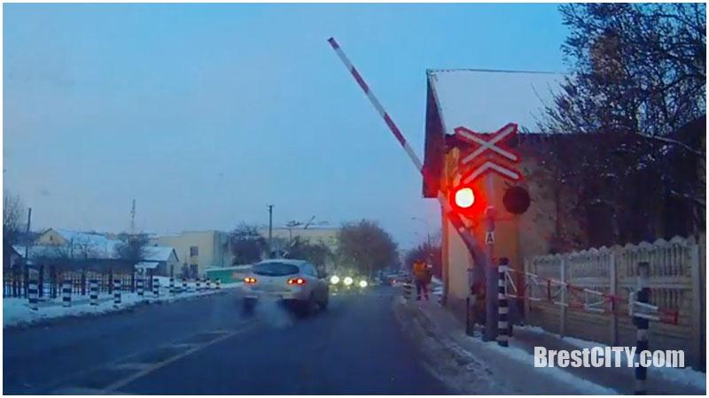 Через жд переезд на красный сигнал и опускающийся шлагбаум (видео)