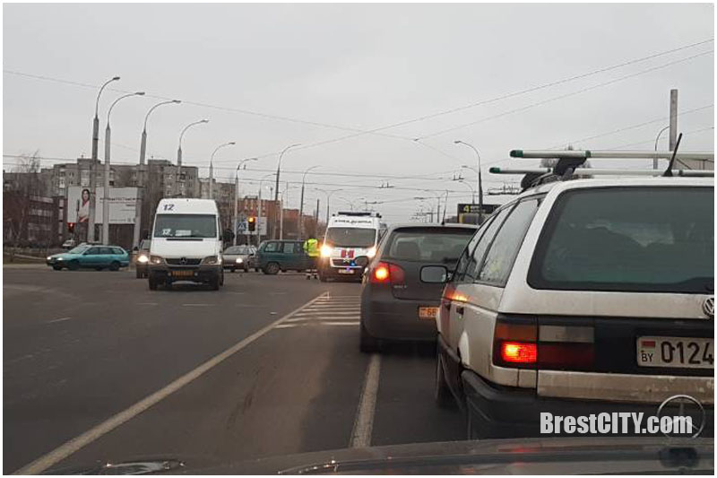 "Не пропустили скорую: ДТП на ул.Суворова возле ""Цветотрона"" в Бресте"